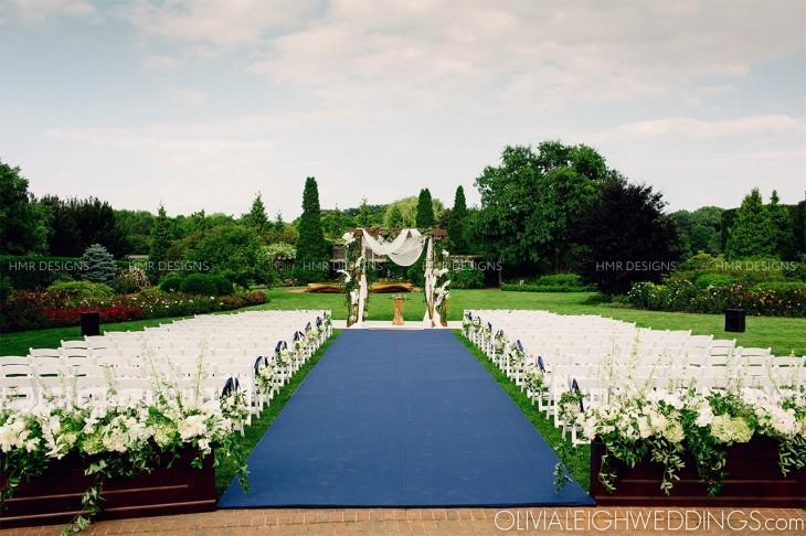 Bold blue and crisp white wedding aisle decor for an outdoor Chicago Botanic Garden wedding.